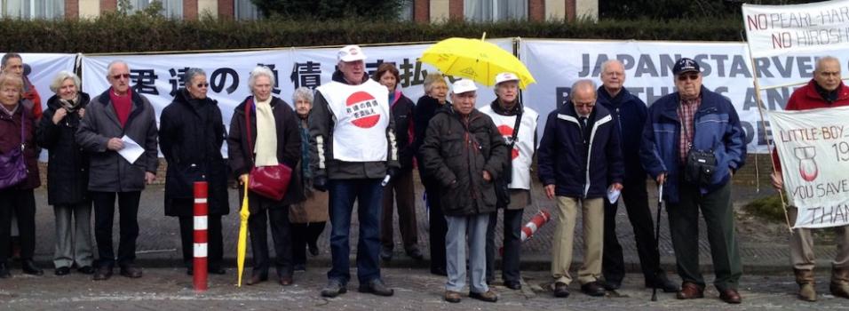 Demonstranten tegenover de Japanse Ambassade in Den Haag