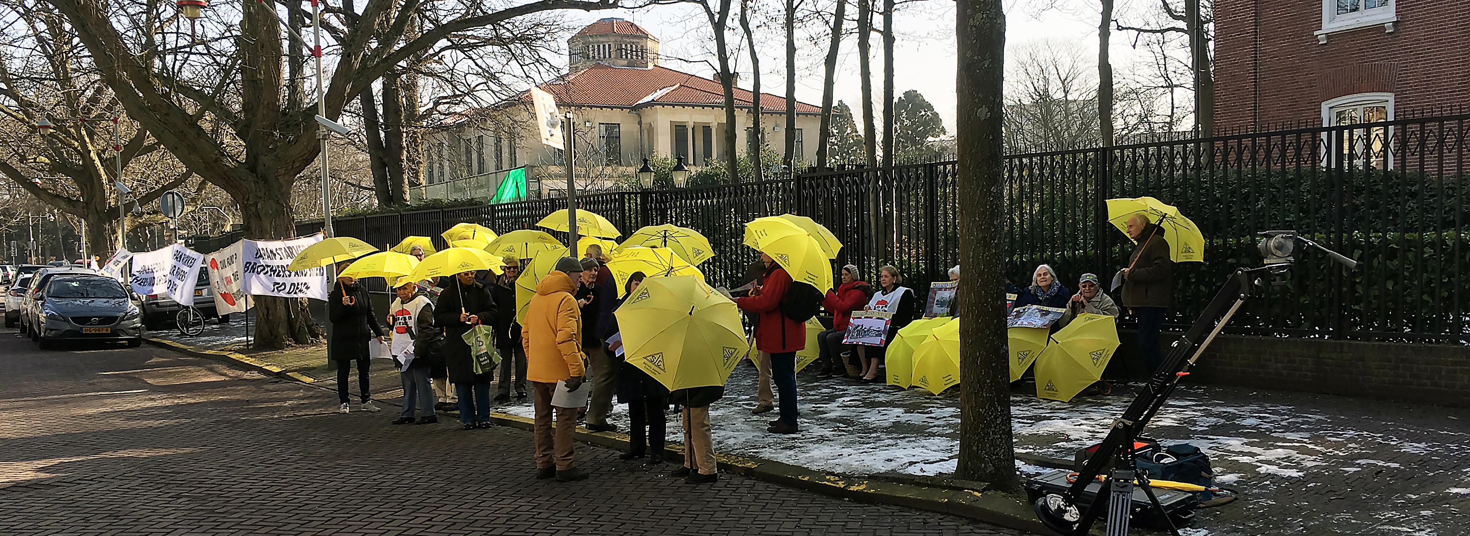 Demonstranten tegenover de Japanse Ambassade in Den Haag. (c) JFr
