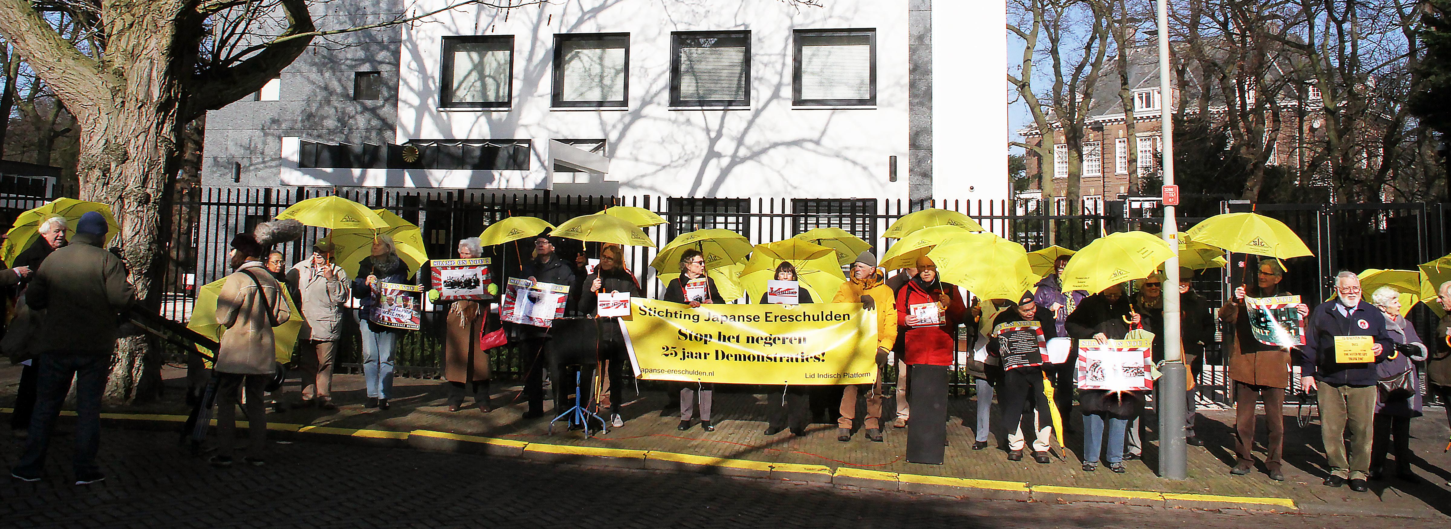 Demonstranten voor de Japanse Ambassade 14 februari 2017   (c) JFreeke