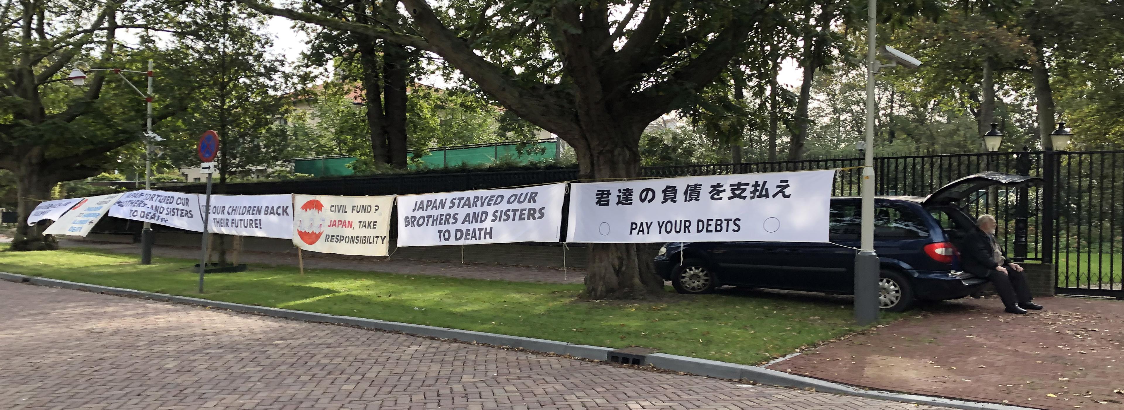 Eenzame demonstratie voor de Japanse Ambassade